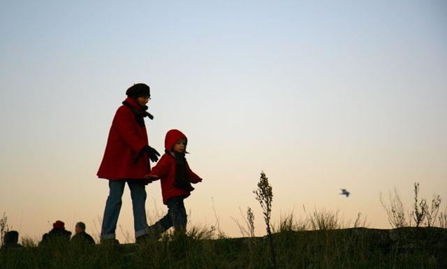 土手を歩く子供