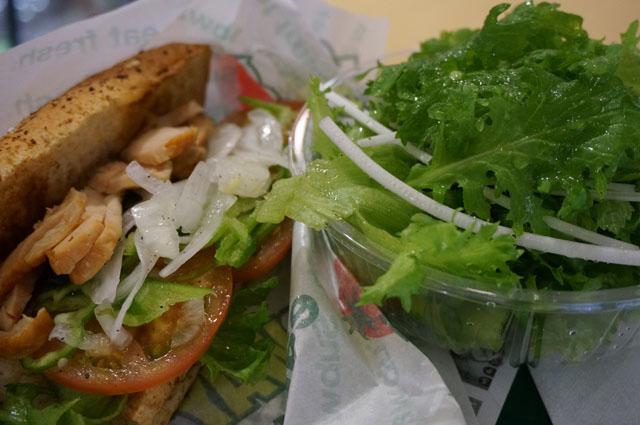 ローストチキンサンドとグリーンサラダ