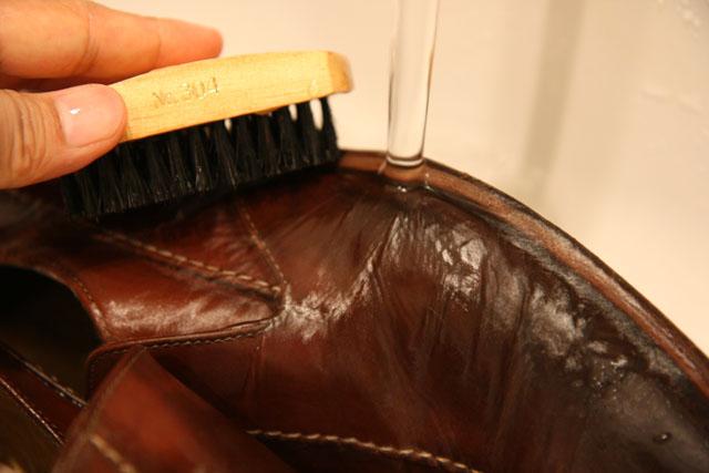 雨に水シミができた普通の革靴を自宅で洗ってみた!洗濯&陰干し編!