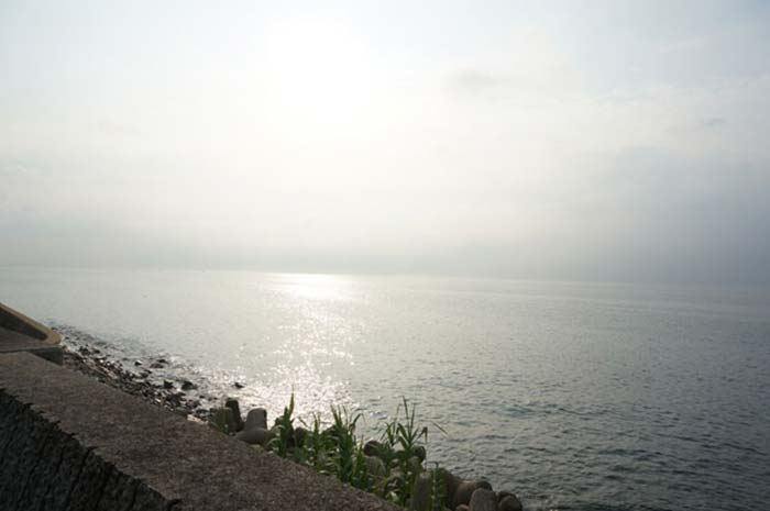DSC08241朝日と海