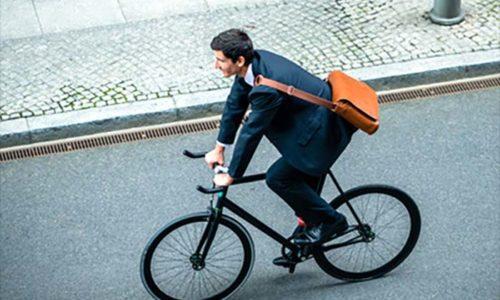 自転車通勤するビジネスマン