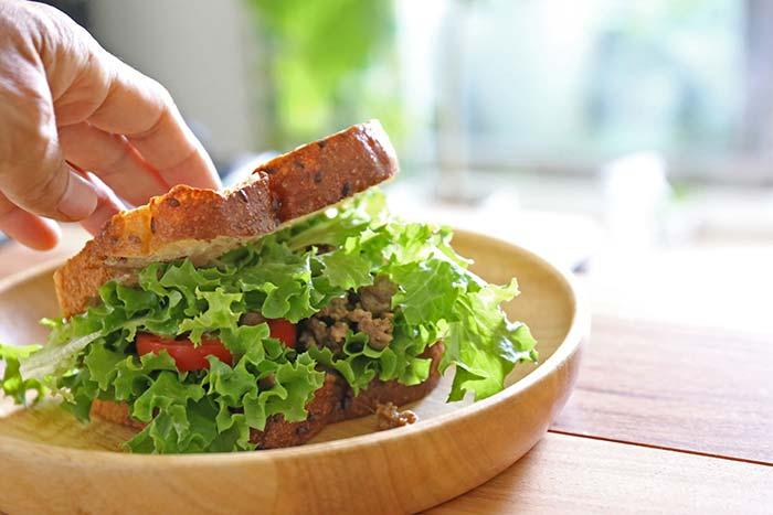 水穀栽培のレタスでサンドイッチ