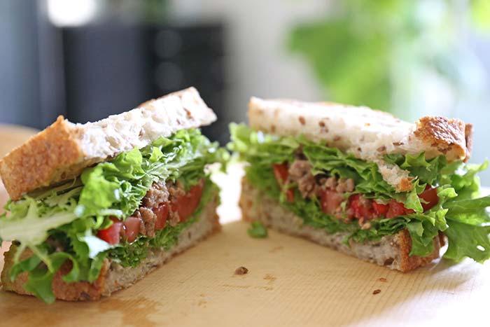 家庭菜園のレタスでつくったサンドイッチ