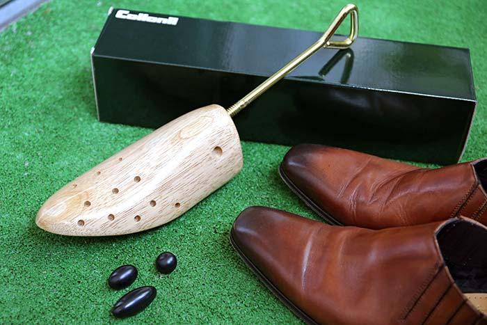 革靴の革を伸ばすシューストレッチャー