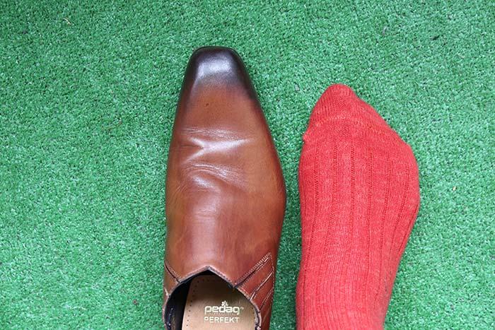 革靴と自分の足の形を比較