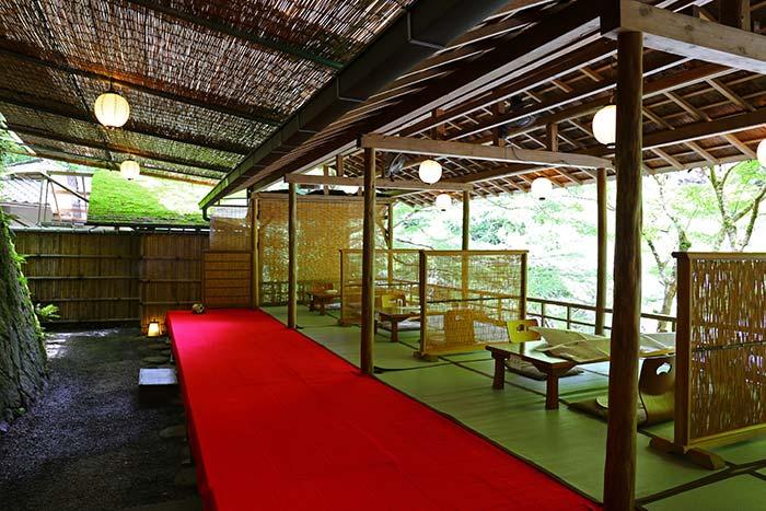 京都高雄の川床の様子