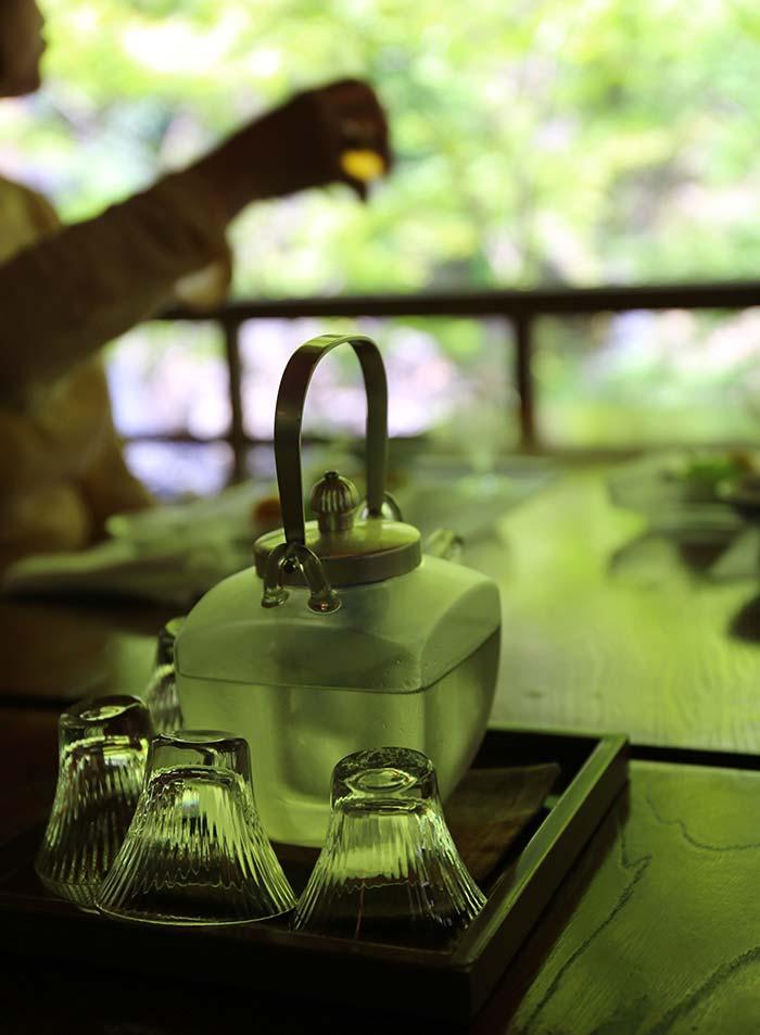 川床の日本酒とガラスの酒器