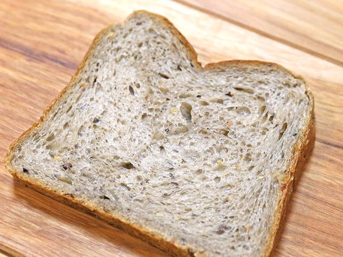 黒穀物のやわらか食パン断面