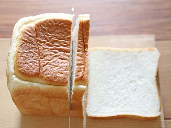 パン切り包丁で切る様子