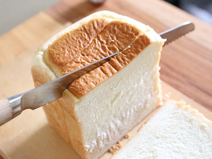 ガイドなしでまっすぐ切れるパン切包丁