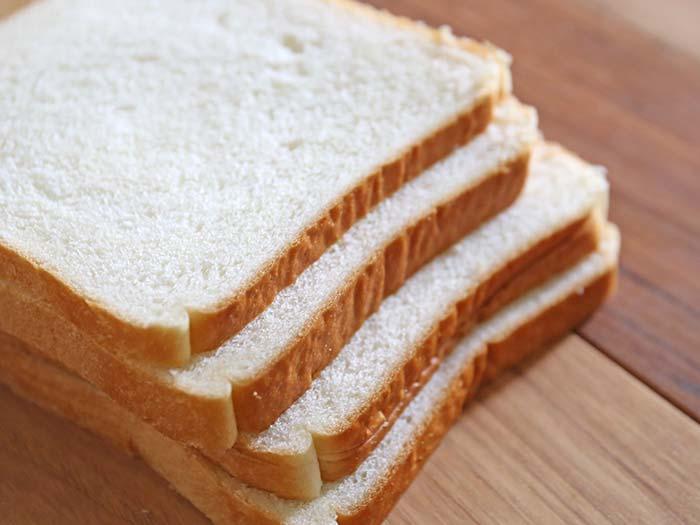 パン切り包丁でスライスした食パン