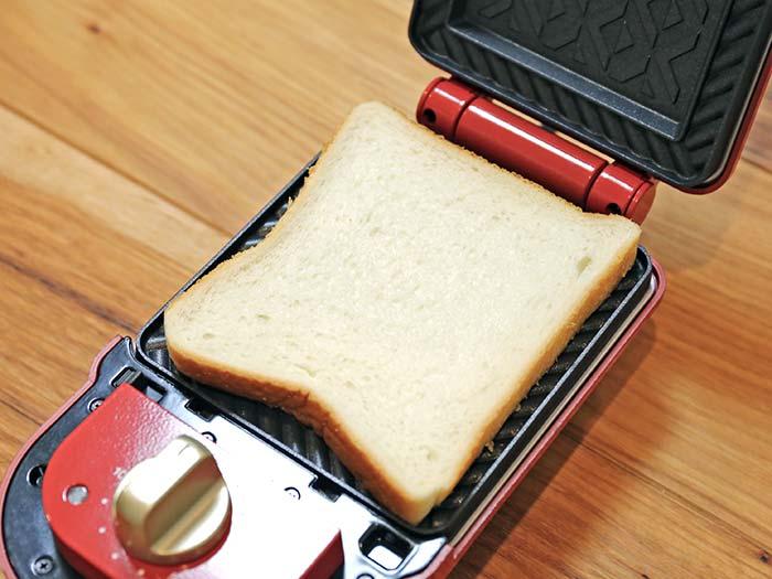 ホットサンドメーカーに食パンをセット