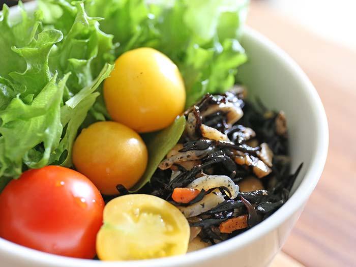収穫したトマトを使ったサラダ