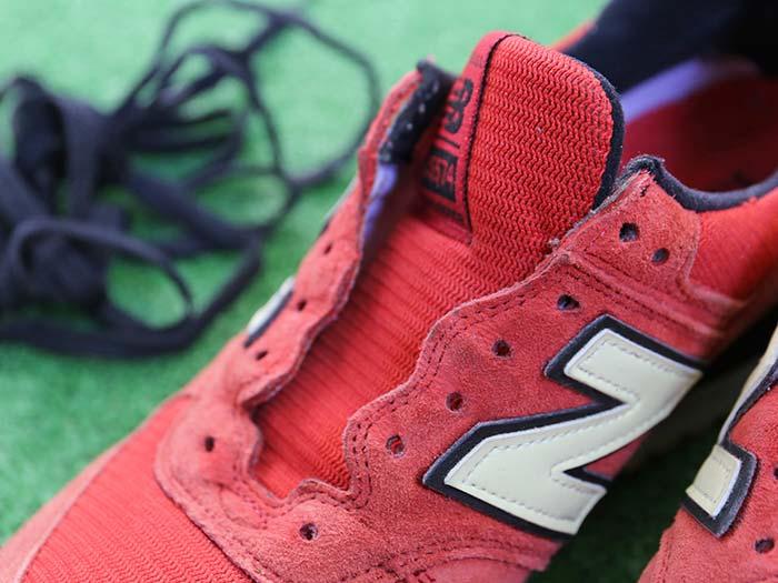 スニーカーの靴紐を外す