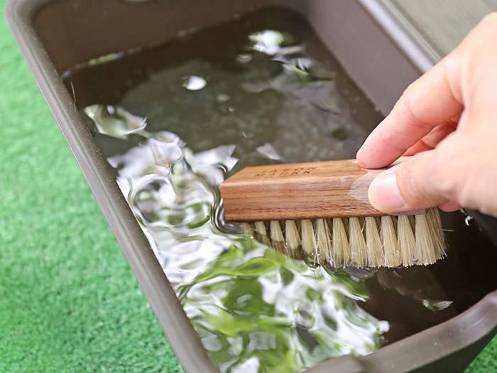 専用ブラシを水に浸す