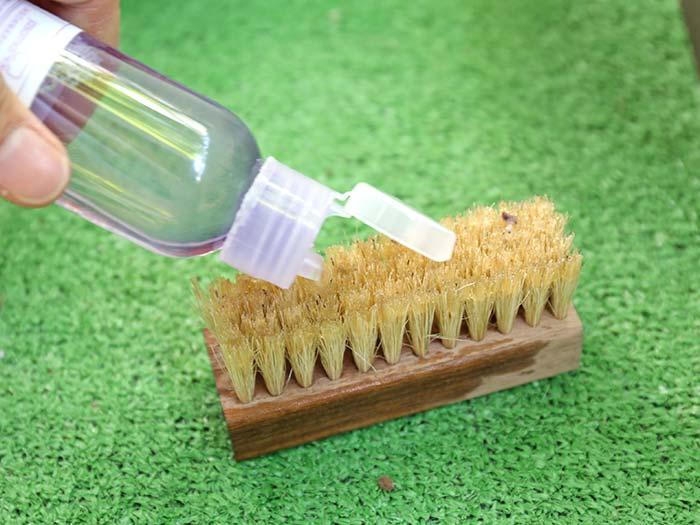 洗剤をブラシにつける