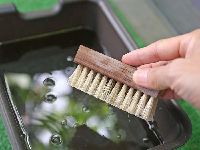 ブラシに水をつける