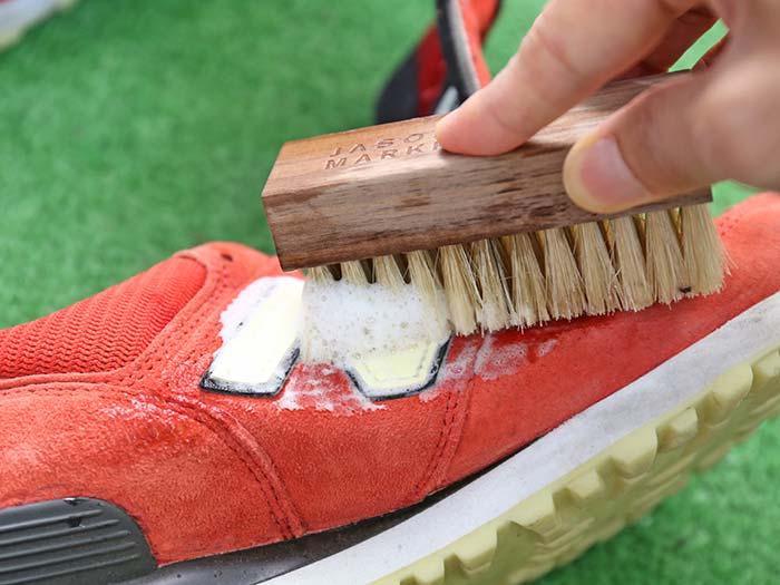 スニーカーを泡で洗う
