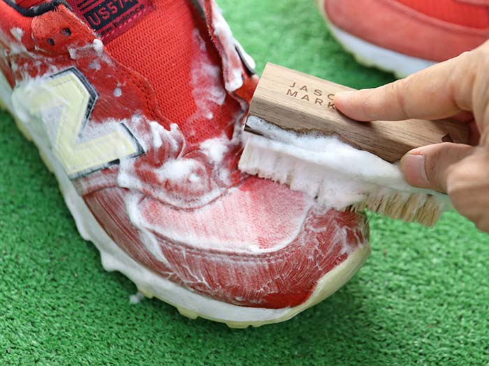 スニーカー全体を泡で洗う