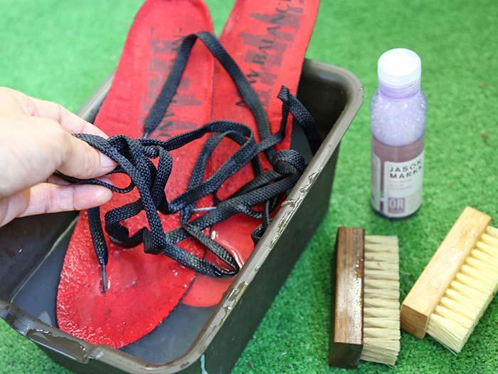 靴紐と中敷きも洗う