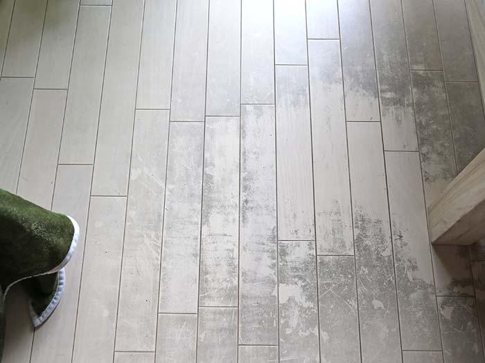 ワックスが部分的に剥がれた床