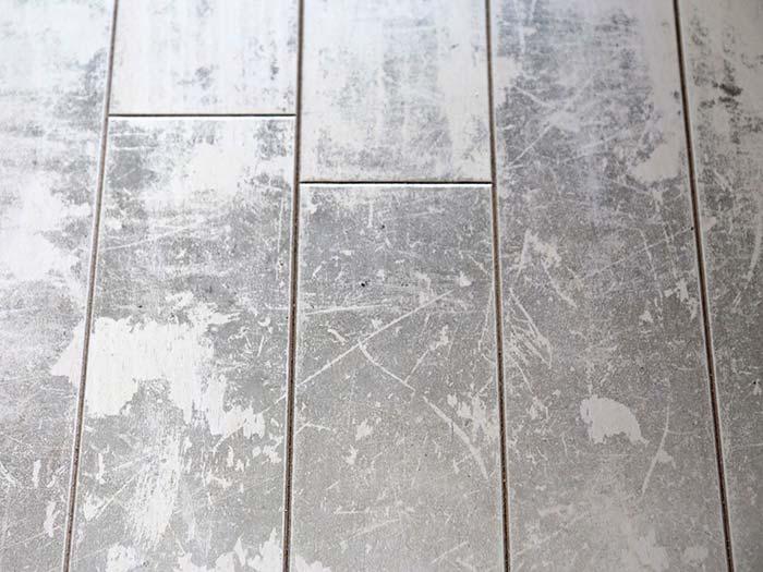 床の黒ずみ汚れの拡大