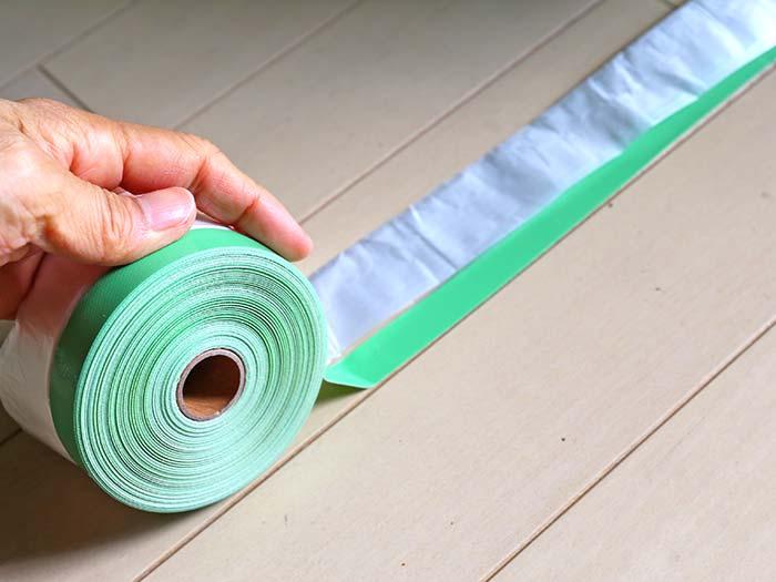養生テープで床を区切る