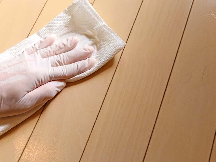 ワックスを薄く塗り広げる