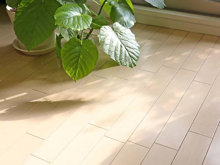 ワックスが剥がれて黒くなった賃貸の床を綺麗に!自分で補修する方法