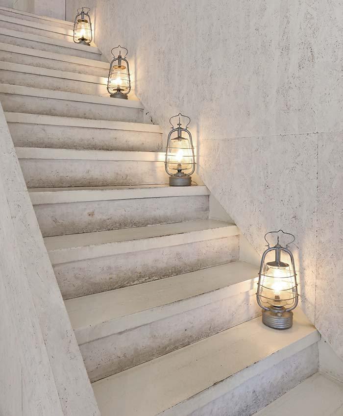 階段に置かれたランプ照明
