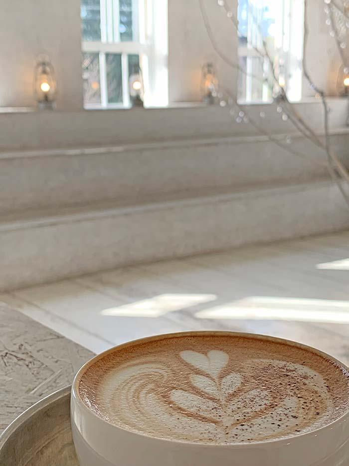 おしゃれな白い空間とカフェラテ