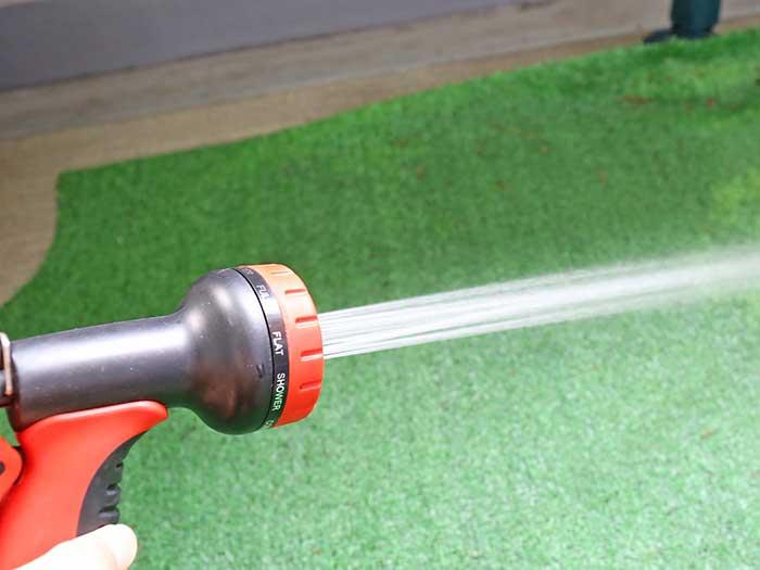 ベランダ掃除がはかどる伸縮ホースシャワー