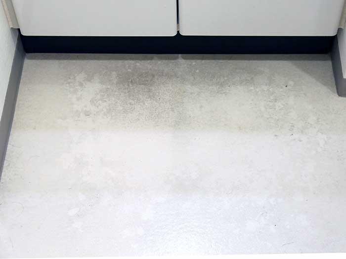 洗面所の床の黒ずみ