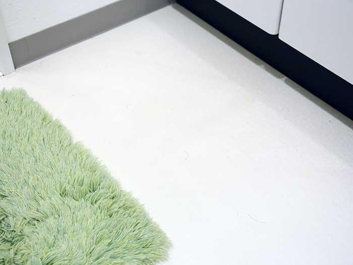 ピカピカに白くなった洗面所の床