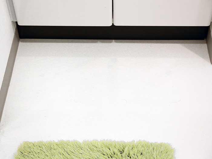 黒ずみがとれてピカピカになった洗面所の床