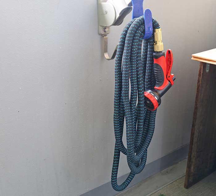 伸縮するシャワー付きホース