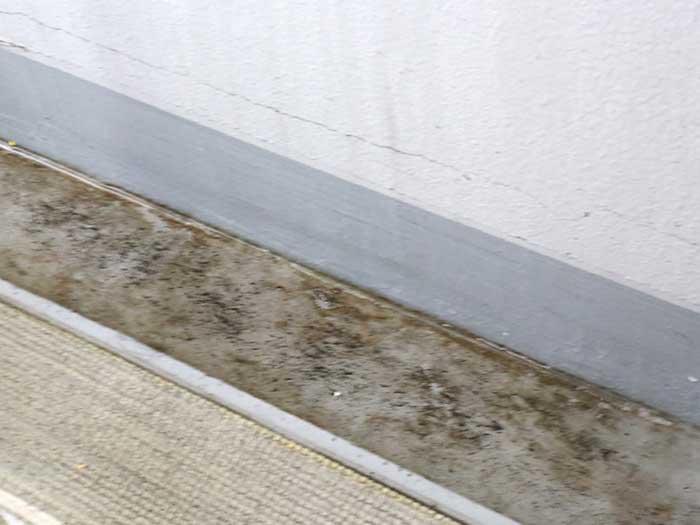 土ホコリで汚れた排水溝