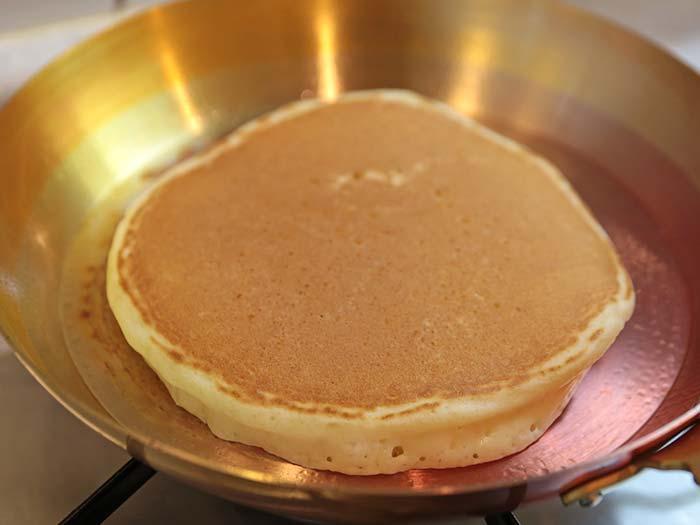 銅のフライパンで焼いたホットケーキ