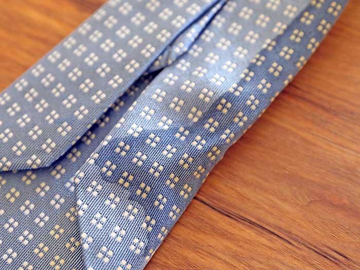 裏側までシミが広がったネクタイ