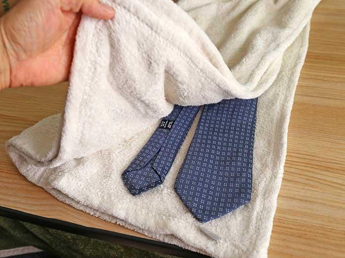 タオルにはさんで水分をとる