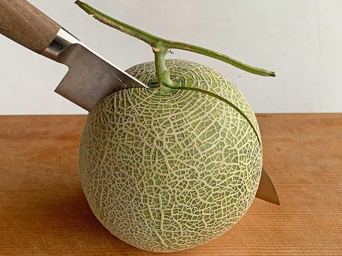 収穫したメロンをカット