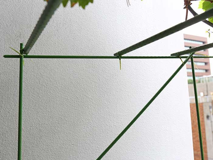 園芸用支柱を横材にする