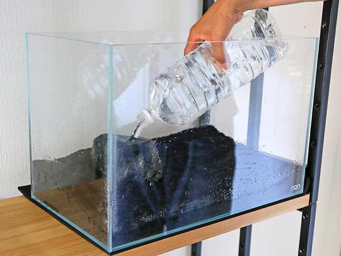ソイルが湿るくらい水を入れる