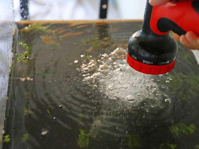 水草水槽に注水