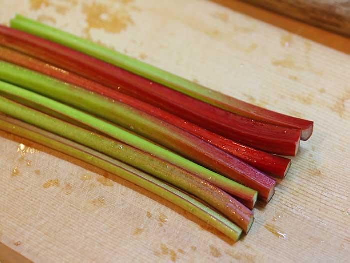 赤と緑のルバーブの茎