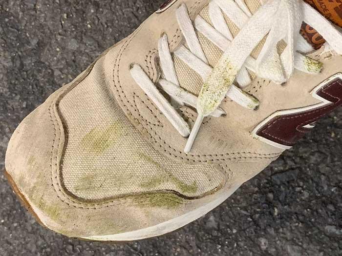 ニューバランスのスニーカーについた草の汁