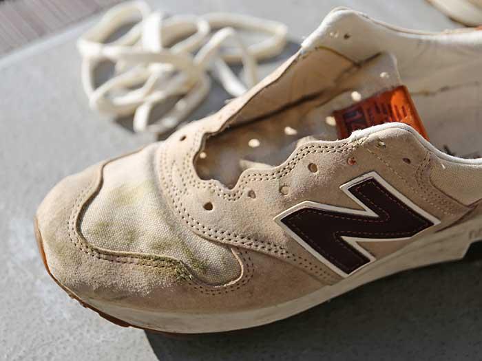 靴紐を外したニューバランスのスニーカー