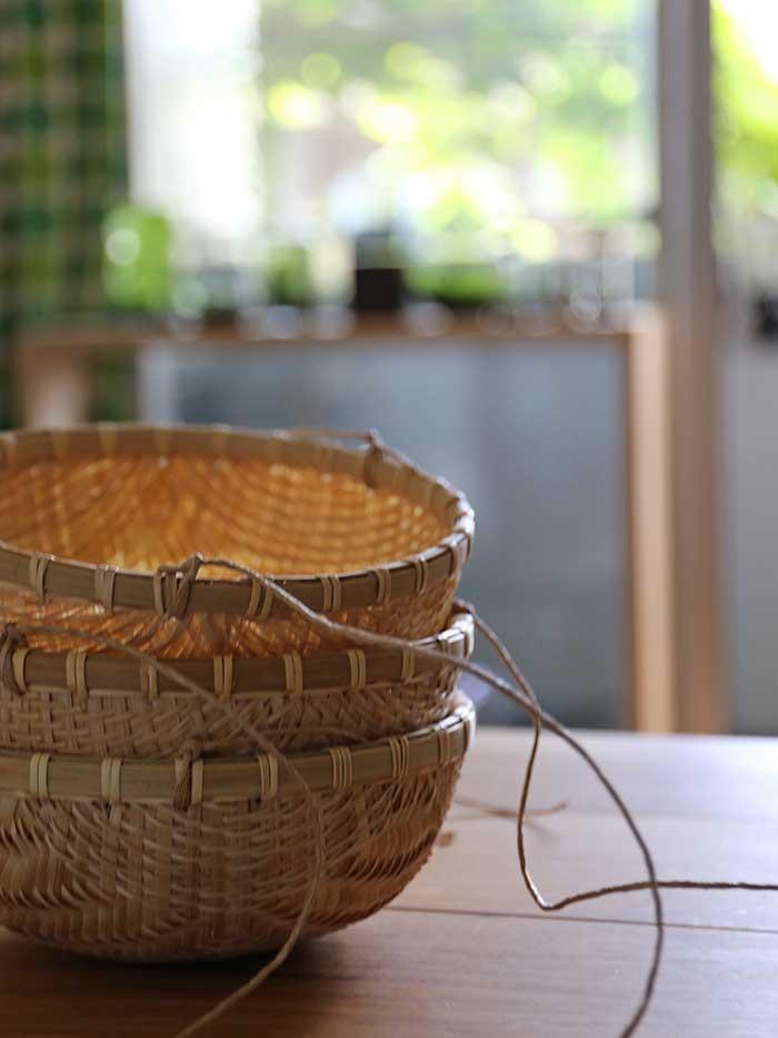 メロンをつるすかごを作る作業