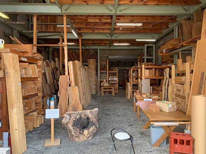 馬場銘木の倉庫の中の様子