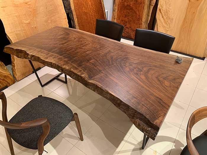 銘木ウォールナットの一枚板のテーブル